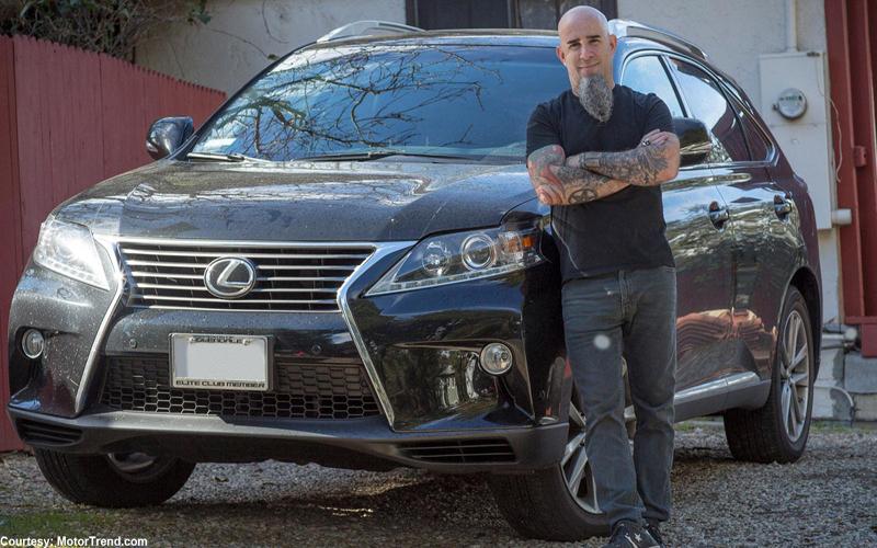سكوت آيان يمتلك هو أيضًا سيارة لكزس